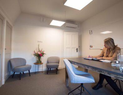 Kantoorvilla de Pastorie Vergaderruimte Kantoorruimte Huren Exclusief Bergen op Zoom Per Uur zitkamer van de dienstmeid